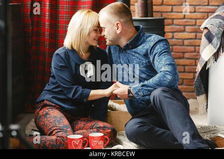 Glückliches Paar am Weihnachtsmorgen - Stockfoto