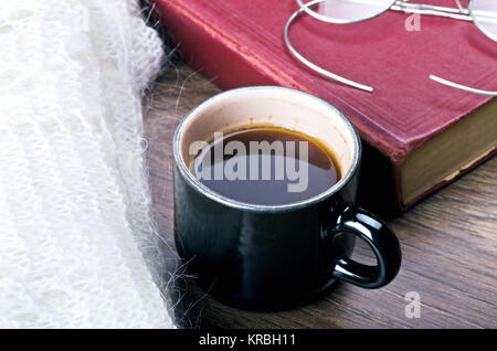 gem tlich und weiche winter hintergrund tasse kaffee und warmen gestrickten decke stockfoto. Black Bedroom Furniture Sets. Home Design Ideas