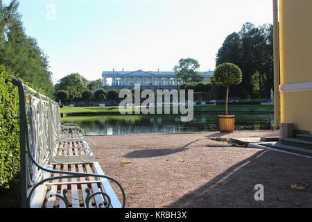 Sommer sonnigen Garten mit See und klassischen Bank in der Catherine Park, Puschkin, St. Petersburg - Stockfoto