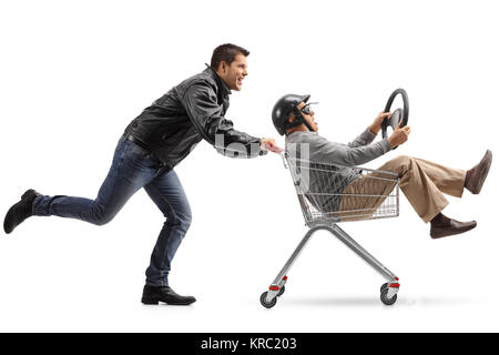 Biker treibt ein Warenkorb mit einem reifen Mann mit Helm und ein Lenkrad Reiten im Inneren auf weißem Hintergrund - Stockfoto