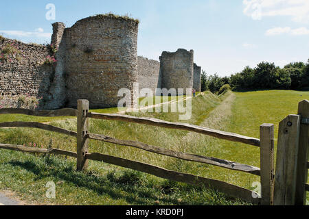 Teil der Wände von Portchester Castle, in der Nähe von Portsmouth, Hampshire. Als Roman Fort in den späten 3 Jahrhundert - Stockfoto