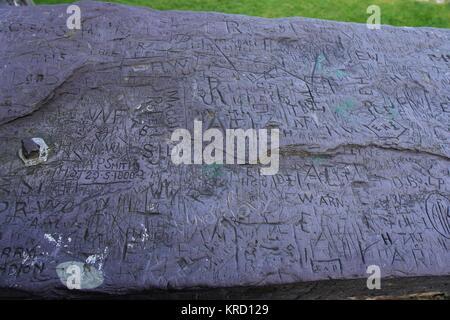 Graffiti auf schiefer Panels auf die Schritte der Dolbadarn Schloss, in der Nähe von Llanberis in Gwynedd, Wales. - Stockfoto