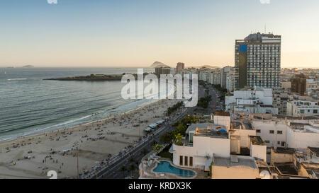 Avenida Atlantica und Copacabana Beach in Rio de Janeiro, Brasilien bei Sonnenuntergang - Stockfoto
