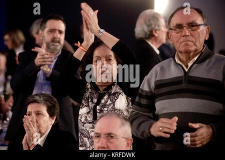Barcelona, Spanien. 19 Dez, 2017. Barcelona, Spanien. 19 Dez, 2017. Partido Popular (Volkspartei) Anhänger applaudieren - Stockfoto