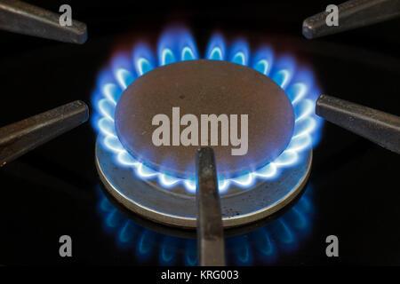 Blau Erdgas Flamme auf dem heimischen Herd Gasherd - Stockfoto