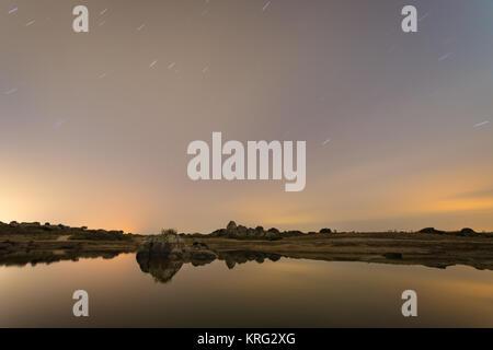 Star Trails. Nacht der Fotografie mit langen Belichtungszeiten in der natürlichen Umgebung von Barruecos. Der Extremadura. - Stockfoto