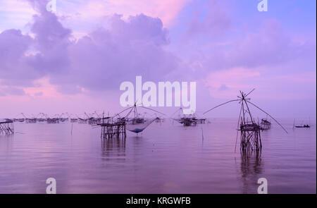 Die Fische heben Netze bei Sonnenaufgang Seascape in Thailand - Stockfoto