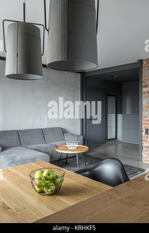 ... Industrielle Stil Lampen über Holztisch In Modernen Wohnzimmer    Stockfoto