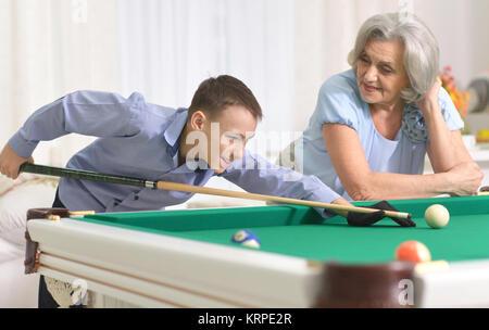 Reife Frau spielen