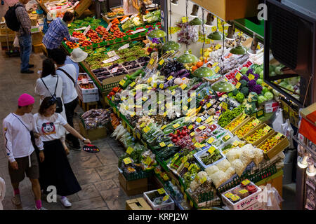 Kanazawa, Japan, 10. Juni 2017: Vielfalt der frischen, rohen Gemüse zum Verkauf an der Omicho Markt - Stockfoto