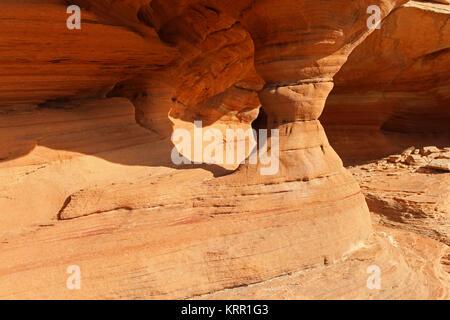 Die Sonne scheint auf einer Sandstein-Säule im Canyonlands National Park in Utah. - Stockfoto