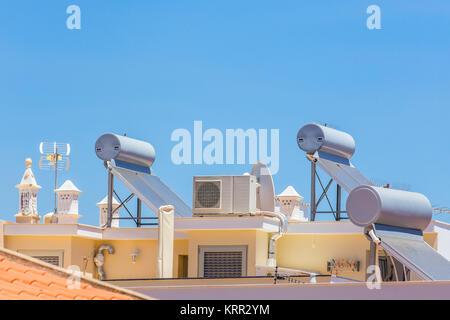 Solarkollektoren und Kessel mit Klimaanlage auf dem Dach von Haus - Stockfoto