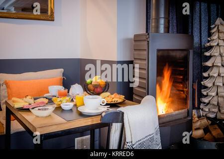 ... Frühstück Im Bett In Der Nähe Von Kamin   Stockfoto