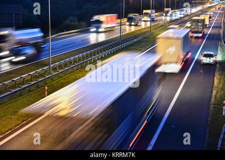 Vier Lane gesteuert - Zugang Autobahn in Polen - Stockfoto
