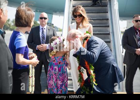 Us-Präsident Donald Trump und First Lady Melania Trump erhalten traditionellen Hawaiianischen leis bei der Ankunft - Stockfoto