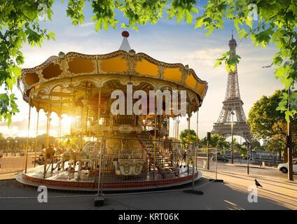 Karussell und Eiffelturm - Stockfoto