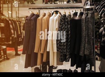 Kleider auf Kleiderbügeln - Stockfoto