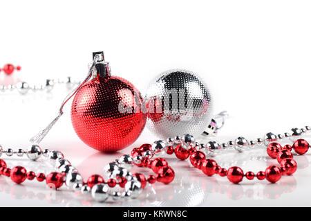 Weihnachtskugeln mit Ornamenten auf weissem Hintergrund. - Stockfoto