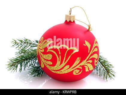 Schöne glänzende Weihnachtskugel und Fichte Zweige auf weiß - Stockfoto