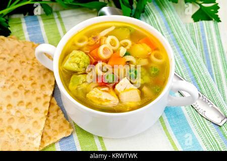 Suppe Minestrone in der Schüssel auf dem Handtuch - Stockfoto