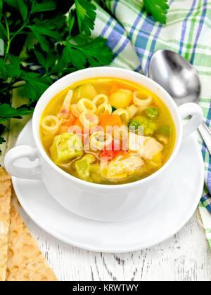 Suppe Minestrone in Weiß Schüssel an Bord - Stockfoto