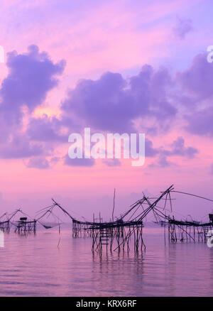 Silhouette Fischernetz Trap bei Sonnenaufgang Seascape in Phatthalung, Thailand - Stockfoto