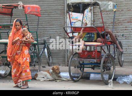 Lokale Rikscha Fahrer schläft im Esplanade Road Old Delhi Indien. - Stockfoto
