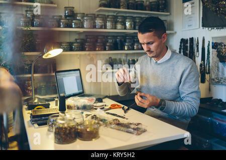 Ein Mann die Glasperlen-schmuck - Stockfoto