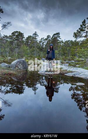 Frau, die durch einen Rock Pool in Vasterbotten, Schweden - Stockfoto