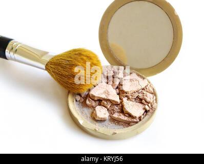 Zerkleinert Make-up und Bürste isoliert auf weißem Hintergrund - Stockfoto