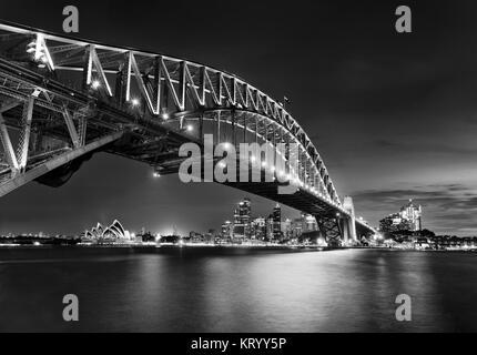 Schwarz-weiße Seite Blick auf die Sydney Harbour Bridge in Richtung Innenstadt, The Rocks und Circular Quay bei - Stockfoto