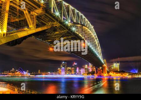 Wahrzeichen von Sydney an der Dunkelheit in Licht zu zeigen. Bogen der Harbour Bridge über den Kopf in Richtung - Stockfoto