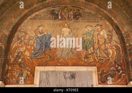 LONDON, GROSSBRITANNIEN - 17. SEPTEMBER 2017: Das Mosaik von Jesus Christus in Westminster Cathedral mit der symbolischen - Stockfoto