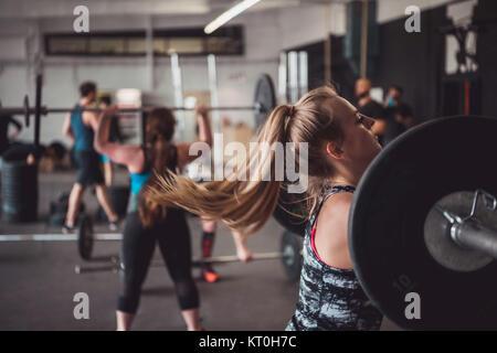 Frauen und Fitness Training. Gewichtheben, Aus- und Weiterbildung. - Stockfoto