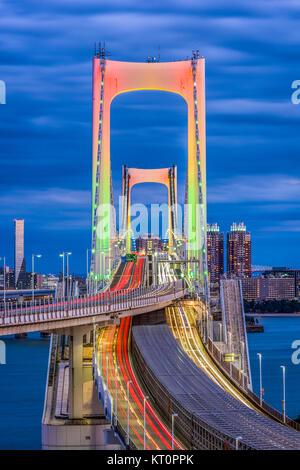 Tokio, Japan bei Rainbow Bridge bei Nacht. - Stockfoto