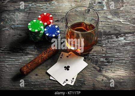Zigarre, chips für Glücksspiele, trinken und Karten spielen - Stockfoto