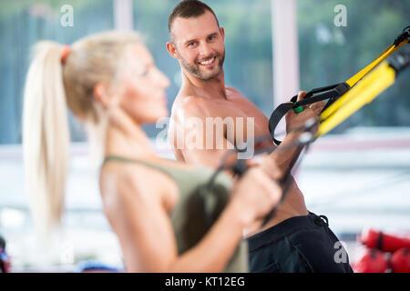 Paar tun Push-ups training Arme mit trx fitness Bänder in der Turnhalle Konzept workout gesunder Lebensstil Sport - Stockfoto