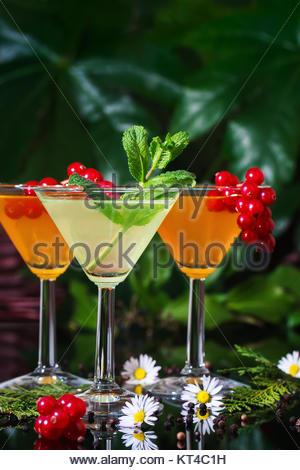 Noch immer leben von drei festliche Cocktails in einem Garten. - Stockfoto