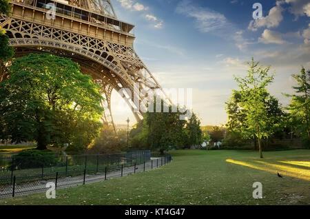 Rasen in der Nähe von Eiffelturm - Stockfoto