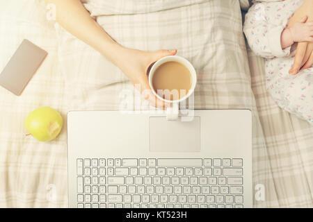 faule Sonntage - Mutter mit Kind verbringt Zeit zusammen im Bett - Stockfoto