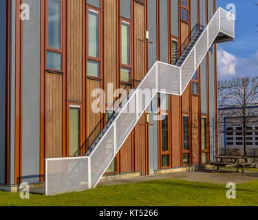 Holzfassade nachhaltige Bürogebäude mit Notausgang entkommen Leiter auf der Außenseite - Stockfoto
