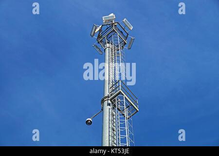 Moderne Lampen 53 : Überwachungskameras und modernen leuchten auf den laternenpfahl
