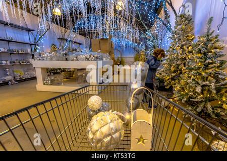 Christmas shopping fair mit verschiedenen Arten von Dekoration für Verkauf - Stockfoto