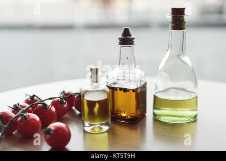 Öl und Wasser lassen sich mit Hilfe von Tensiden (Emulgatoren) mischen. Es bilden sich Emulsionen. Manche Lebensmittel sind natürliche Emulsionen: (a) Milch ist eine Emulsion von Öl in Wasser.