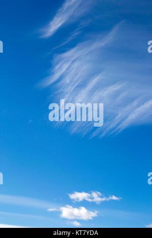 Cirrus über cumulus Wolken im blauen Himmel - Stockfoto