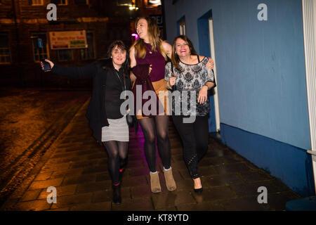 Aberystwyth Wales UK, Freitag, 22. Dezember 2017 Leute in der Stadt in Aberystwyth, Wales auf Mad Freitag oder Schnäpse - Stockfoto