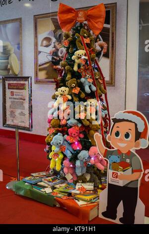 Cebu City, Philippinen. 23 Dez, 2017. Ein Weihnachtsbaum mit weichen kuscheligen Teddybären von Robinsons Geräte - Stockfoto