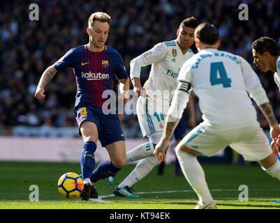 Madrid, Spanien. 23 Dez, 2017. Mittelfeldspieler des FC Barcelona Ivan Rakitic (L), die in Aktion während der Fußball - Stockfoto