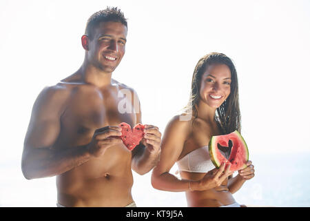 Glückliche romantische mittleren gealterten paar schönen Sonnenuntergang genießen Fuß am Strand. Reisen-Urlaub-Ruhestand - Stockfoto