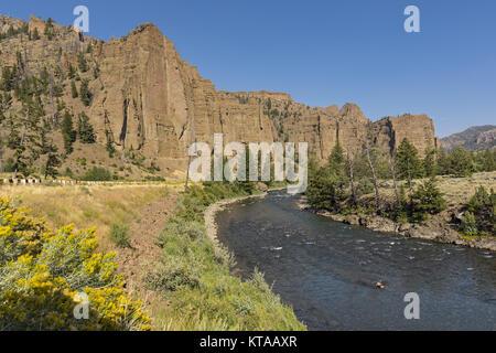 Red Rock Klippen über die North Fork Shoshone River östlich von Yellowstone National Park in der Nähe von Cody, Wyoming